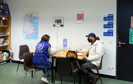 Danielle Al-Qassir, a return counsellor at the foreign immigration office in Berlin, discussing with a migrant/Photo: IOM Germany